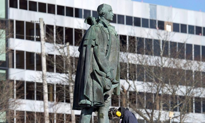 A worker prepares to remove the statue of Edward Cornwallis in downtown Halifax on Jan. 31. (The Canadian Press/Andrew Vaughan)