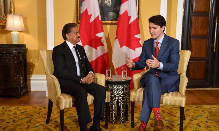 Canada's Prime Minister Justin Trudeau chats with the chairman of Indian multinational conglomerate Mahindra Group, Anand Mahindra, in Mumbai, India, on Feb. 20, 2018. Canada and India are seeking to forge stronger business ties. (Indranil Mukherjee/AFP/Getty Images)