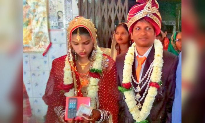 Ravi Kumar (L) and his bride Neha Kumari after their wedding on Feb. 20, 2018. (Photo via Bhaskar News)