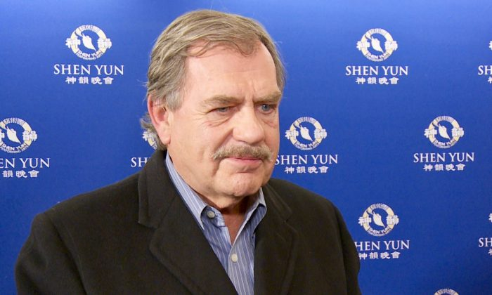 Painter Enjoys the Beauty and Colors at Shen Yun