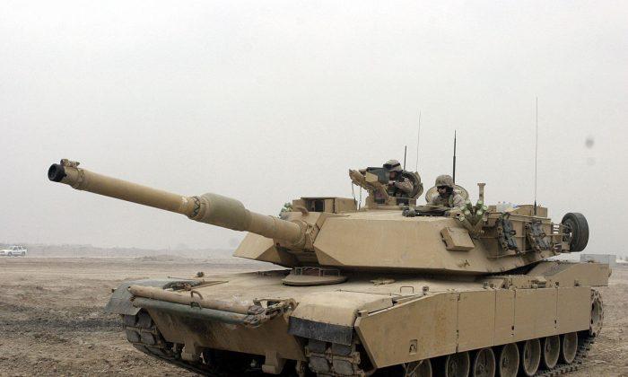 U.S. Marines perform permission checks on an M1A1 Abrams Tank in Camp Fallujah, Iraq, Jan. 21, 2007. (U.S. Marine Corps via Wikimedia Commons)