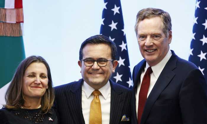 (L-R) Foreign Affairs Minister Chrystia Freeland, Mexico's Secretary of Economy Ildefonso Guajardo Villarreal, and U.S. Trade Representative Robert Lighthizer at a press conference regarding the seventh round of NAFTA renegotiations in Mexico City on March 5, 2018. (AP Photo/Marco Ugarte)