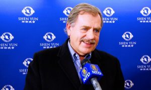 Painter Enjoys the Beauty and Colors in Shen Yun