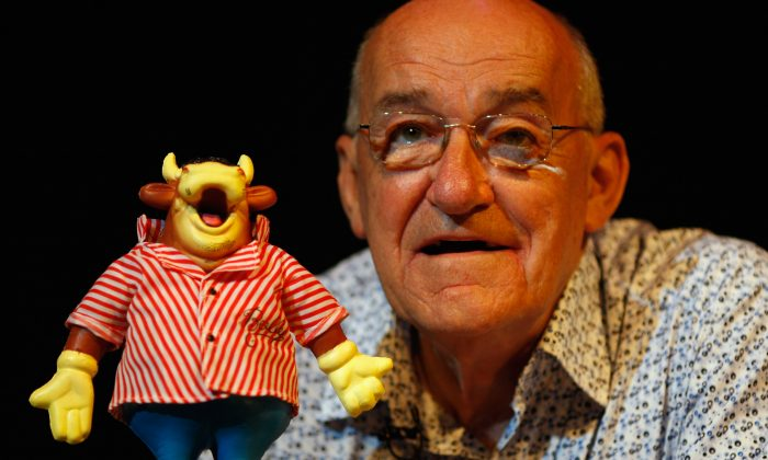 Jim Bowen pictured performing at the Edinburgh Fringe Festival in 2008 in Scotland. (Jeff J Mitchell/Getty Images)