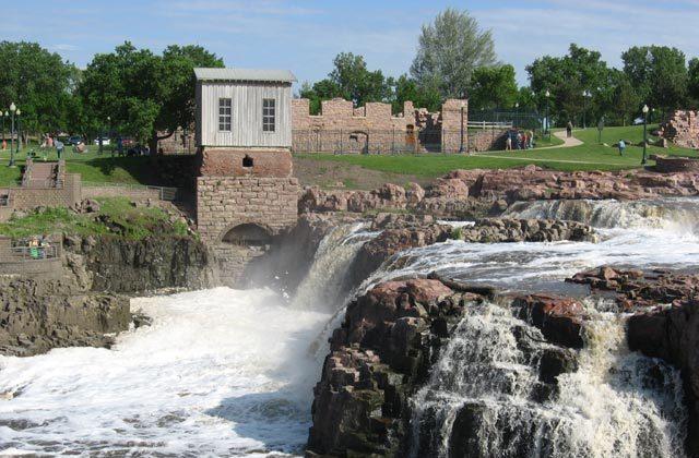 Falls of the Big Sioux River in Sioux Falls, South Dakota, USA. (Jon Platek/Wikipedia Commons/CC BY-SA 3.0)