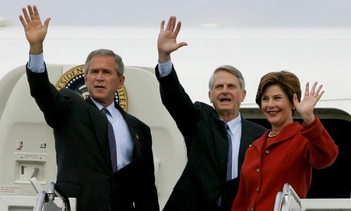 FILE PHOTO:  U.S. President George W. Bush waves from the steps of Air Force One alongside Democratic party Senator Zell Miller (D-Ga) and first lady Laura Bush as they arrive at a campaign election rally in Lititz, Pennsylvania, Oct. 27, 2004. (REUTERS) Jason Reed