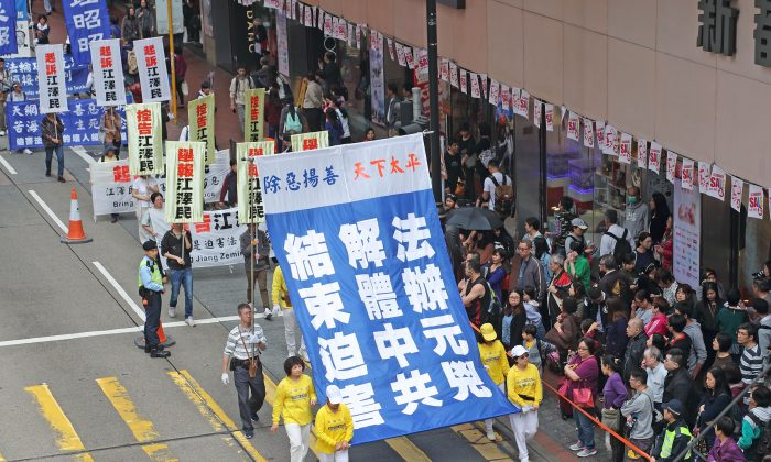 Hong Kong citizens commemorate 300 million people quitting the Chinese Communist Party and its affiliate organizations, in Hong Kong on March 18, 2018. (Li Yi/The Epoch Times)