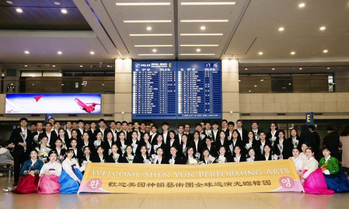 Members of the Shen Yun Performing Arts International Company take group photos with welcoming fans at the Incheon International Airport, in South Korea, on March 29, 2018. (Quan Jing-lin/The Epoch Times)