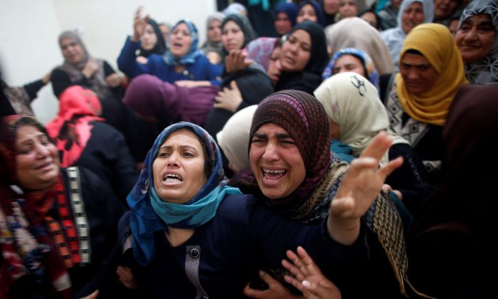 Relatives of Palestinian Hamdan Abu Amshah, who was killed along Israel border with Gaza, mourn during his funeral in Beit Hanoun town, in the northern Gaza Strip March 31, 2018. (Reuters/Suhaib Salem)