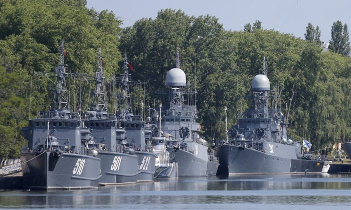 FILE PHOTO: Russian navy coastal minesweepers and anti-submarine warfare corvettes are anchored in a bay of the Russian fleet base in Baltiysk in Kaliningrad region, Russia, Jul.19, 2015.  (REUTERS/Maxim Shemetov/File Photo)