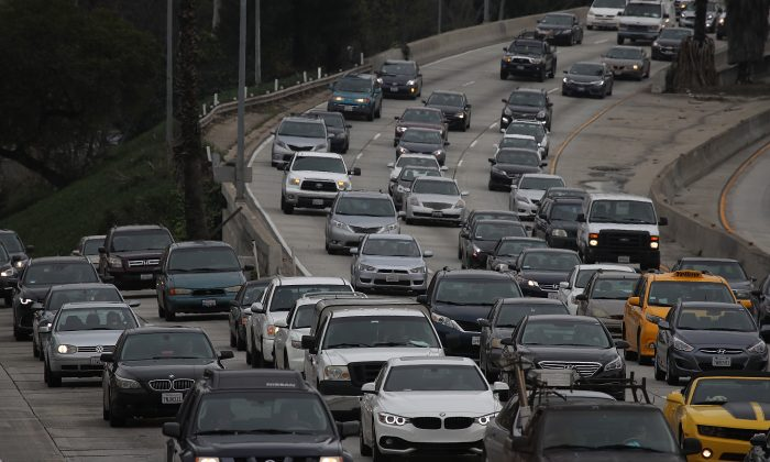 Traffic on a Californian highway on Feb. 21, 2017. The Californian DMV has now issued just over one million driver's licenses to illegal immigrants. (Justin Sullivan/Getty Images)