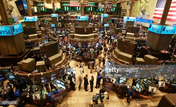 NEW YORK - NOVEMBER 20: Traders work on the floor after the morning bell at the New York Stock Exchange November 20, 2008 in New York City. (Photo by Mario Tama/Getty Images)