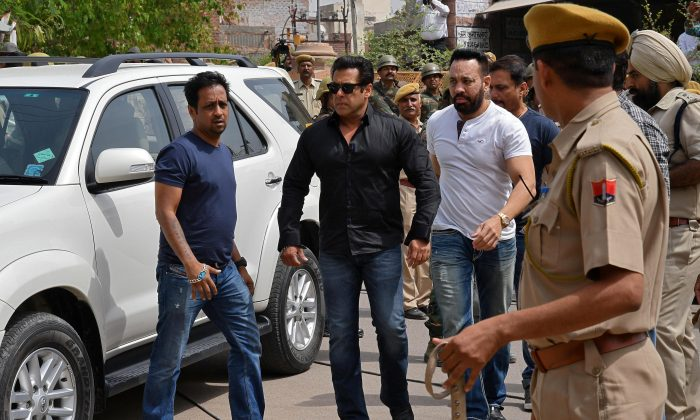 Bollywood actor Salman Khan (2nd L) arrives at a court in Jodhpur in the western state of Rajasthan, India, April 5, 2018. (Reuters/Stringer)