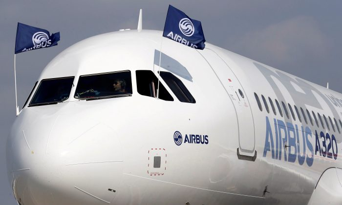 FILE PHOTO: Flight test engineers drive the Airbus A320neo (New Engine Option) after its first flight in Colomiers near Toulouse, southwestern France, Sep. 25, 2014.  (REUTERS/Regis Duvignau)