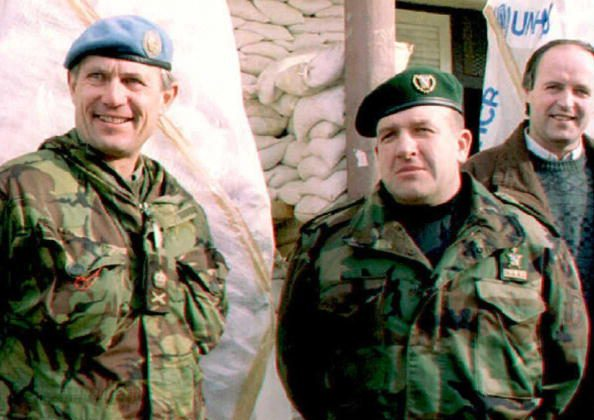BIHAC, BOSNIA AND HERCEGOVINA:  (FILES) UN commander in Bosnia, Lieutenant General Sir Michael Rose (L), and the commander of the Fifth Corps, General Atif Dudakovic, stand outside Fifth Corps headquarters in Bihac 28 Dec. 1994 before their meeting.  (Photo credit should read Kurt SCHORK/AFP/Getty Images)