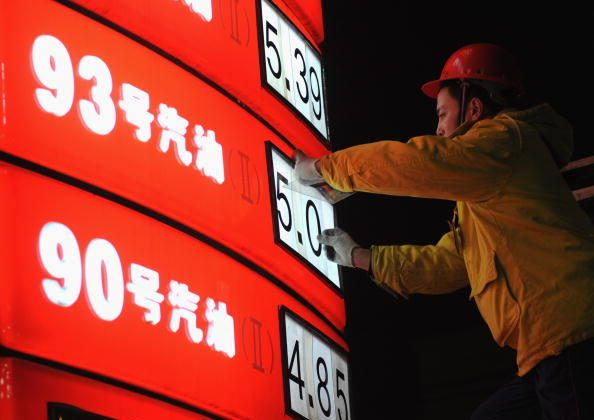 CHENGDU, CHINA - JANUARY 15: (CHINA OUT) A worker changes oil prices at a gas station on Jan. 15, 2009 in Chengdu of Sichuan Province, China. (Photo by China Photos/Getty Images)