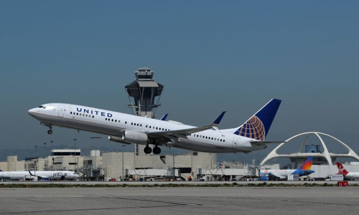 A United Airlines Boeing 737-900ER plane takes off from Los Angeles International airport (LAX) in Los Angeles, California, U.S. March 28, 2018. (Reuters/Mike Blake/File Photo)