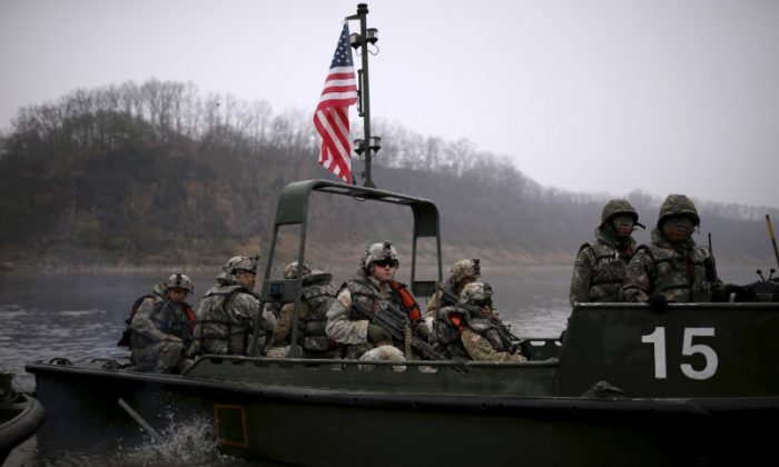 U.S. army soldiers take part in a U.S.-South Korea joint river-crossing exercise near the demilitarized zone separating the two Koreas in Yeoncheon, South Korea, April 8, 2016. (Reuters/Kim Hong-Ji)