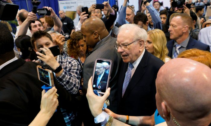 Warren Buffett, CEO of Berkshire Hathaway Inc, walks through the exhibit hall at the company's annual meeting in Omaha, Nebraska on May 5, 2018. (REUTERS/Rick Wilking)