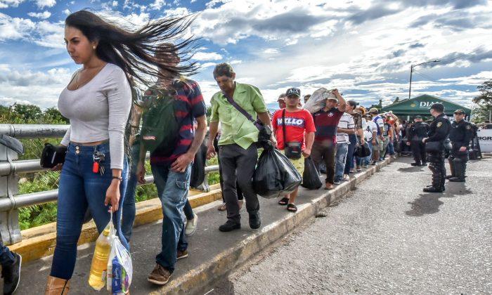 Venezuelan citizens cross the Simon Bolivar international bridge from San Antonio del Tachira, Venezuela to Cucuta, Norte de Santander Department, Colombia, on July 25, 2017. Colombia is the most impacted country by the growing influx of Venezuelan migrants. (LUIS ACOSTA/AFP/Getty Images)