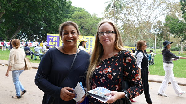 Anna Schroder (left) and Kylie Grant from Brisbane said that they know that the CCP is murdering Falun Gong practitioners for their organs and support brave Chinese people stand up for their freedom. (The Epoch Times)