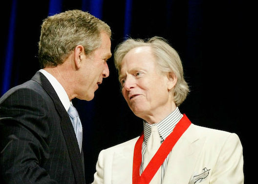 Author Tom Wolfe stands with U.S. President George W. Bush while receiving the National Humanities Medal in Washington on Apr. 22, 2002. (REUTERS/Larry Downing/File Photo)