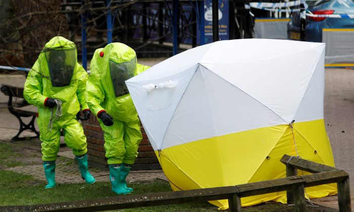 The forensic tent, covering the bench where Sergei Skripal and his daughter Yulia were found in the centre of Salisbury, Britain, March 8, 2018. (Reuters/Peter Nicholls/File Photo)