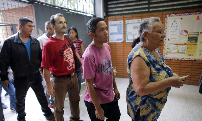 Voters line up at a polling station during the presidential election in Caracas, Venezuela, on May 20, 2018. (AP Photo/Ariana Cubillos)