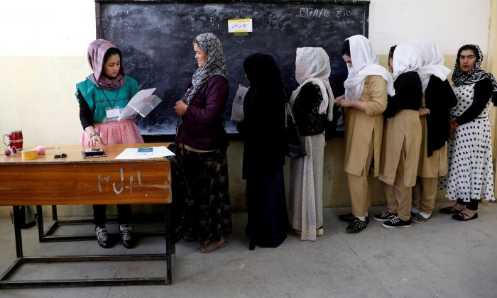 Afghan women arrive at a voter registration centre to register for the upcoming parliamentary and district council elections in Kabul, Afghanistan April 23, 2018. (Reuters/Mohammad Ismail/File Photo)