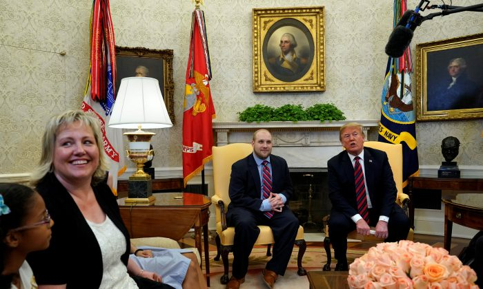 U.S. President Donald Trump reacts beside Josh Holt, an American missionary who was released by Venezuela, as Holt's mother Laurie smiles in the Oval Office of the White House in Washington, U.S., May 26, 2018. (Reuters/Yuri Gripas)