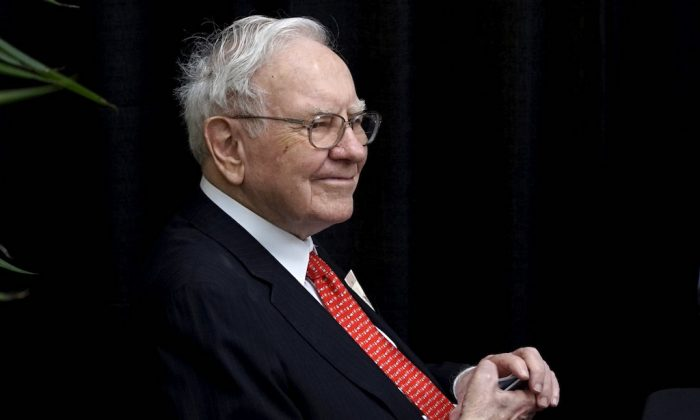 Berkshire Hathaway CEO Warren Buffett plays bridge during the Berkshire annual meeting weekend in Omaha, Nebraska May 3, 2015.  (REUTERS/Rick Wilking/File Photo)