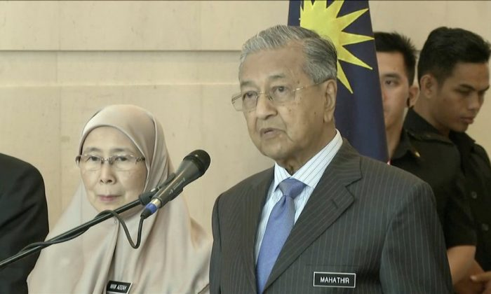 Malaysia's Prime Minister Mahathir Mohamad speaks beside Deputy Prime Minister Wan Azizah Wan Ismail during a news conference after a weekly cabinet meeting in Putrajaya, Malaysia on May 30, 2018. (REUTERS/Reuters TV)