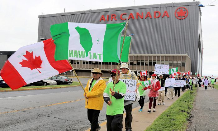 Protesters voice their objection to Air Canada's move to list Taiwan as part of China on its website, in front of the airline's headquarters in Montreal on June 14, 2018.  (Yi Ke/The Epoch Times)