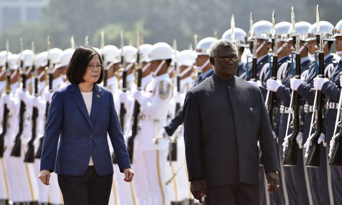 Solomon Islands President Manasseh Sogavare (R) and Taiwan President Tsai Ing-wen (L) inspect an honor guard during a welcome ceremony in Taipei on Sept. 26, 2017. (Sam Yeh/AFP/Getty Images)