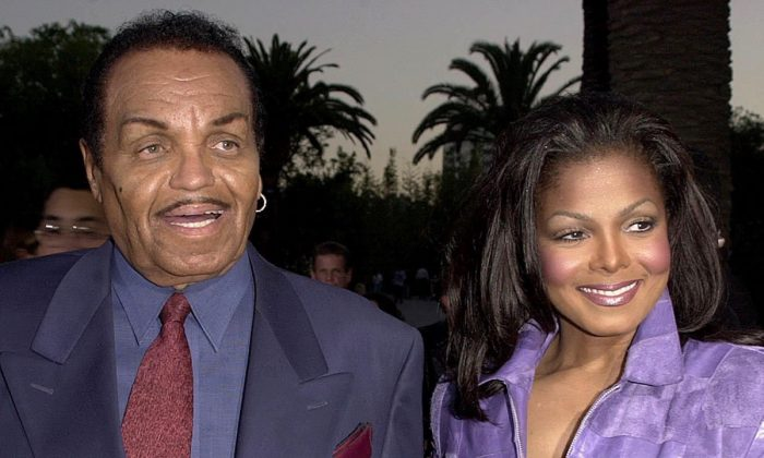 """American actress and singer Janet Jackson arrives at the premiere of """"Nutty Professor II"""" with her father Joe Jackson, in Universal City, CA 24 July 2000.(Lucy Nicholson/AFP/Getty Images)"""