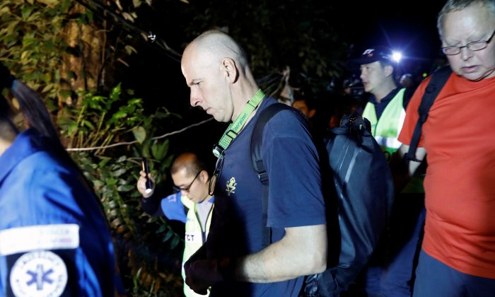 British diver Richard William Stanton arrives to the Tham Luang caves during a search for the members of an under-16 soccer team and their coach, in the northern province of Chiang Rai, Thailand, June 27, 2018. (Reuters/Soe Zeya Tun)