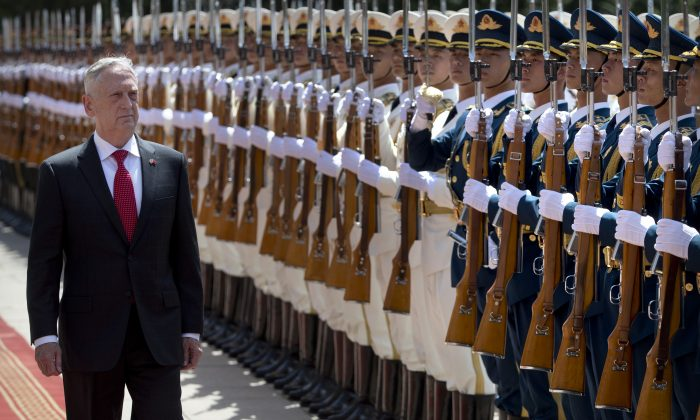 Defense Secretary Gen. Jim Mattis (L) walks by a Chinese honor guard during a welcome ceremony at the Bayi Building in Beijing on June 27, 2018. (Mark Schiefelbein/AFP/Getty Images)