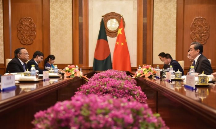 Bangladesh's Foreign Minister Abul Hassan Mahmood Ali meets with China's Foreign Minister Wang Yi at the Diaoyutai State Guesthouse in Beijing, China June 29, 2018. (Greg Baker/Reuters)