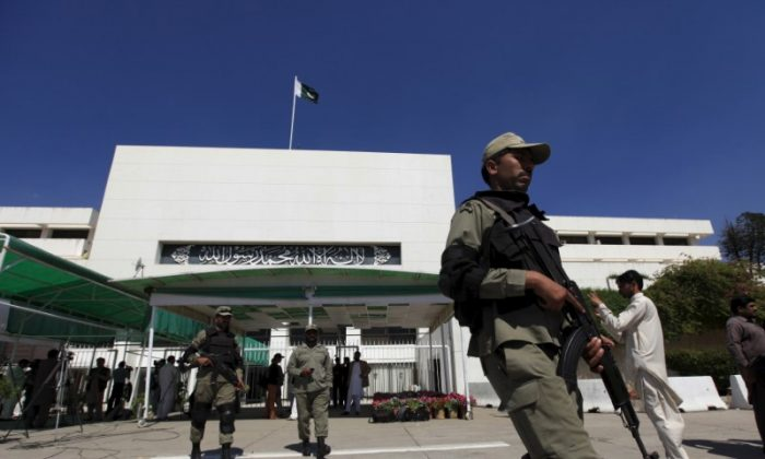 Paramilitary soldiers walk past the Parliament building during a joint sitting of the parliament in Islamabad April 10, 2015.   (REUTERS/Faisal Mahmood)
