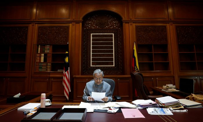 Malaysia's Prime Minister Mahathir Mohamad works at his office in Putrajaya, Malaysia June 19, 2018. (Reuters/Lai Seng Sin)