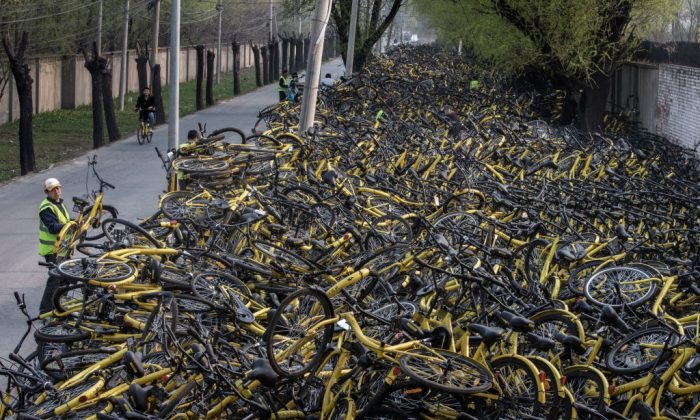 Piles of derelict Ofo bikes at a makeshift repair depot in Beijing on March 29, 2017. (Kevin Frayer/Getty Images)