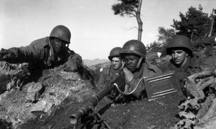 Major Cleveland of the 2nd Inf. Division points out Communist-led North Korean position to his machine gun crew on Nov. 20, 1950, during the Korean War. (U.S. National Archives and Records Administration)