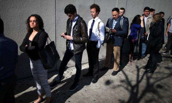 People wait in line to attend TechFair LA, a technology job fair, in Los Angeles, California,on Jan. 26, 2017. (REUTERS/Lucy Nicholson)
