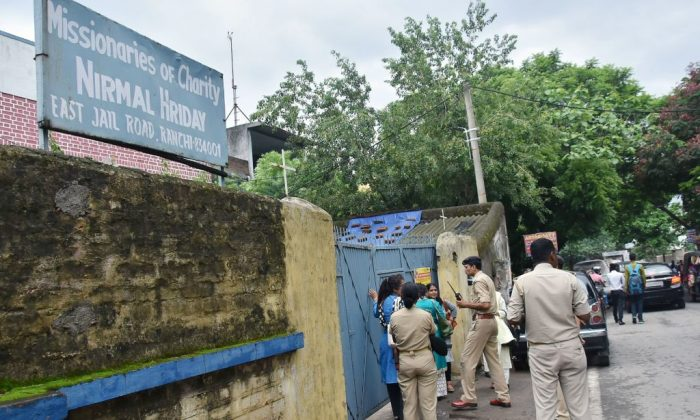 This photo taken on July 4, 2018 shows Indian police gathered outside the premises of Mother Teresa's Missionaries of Charity where a staff member and a nun worked before their arrest on child trafficking charges in Ranchi in India's eastern Jharkhand state. (/AFP/Getty Images)