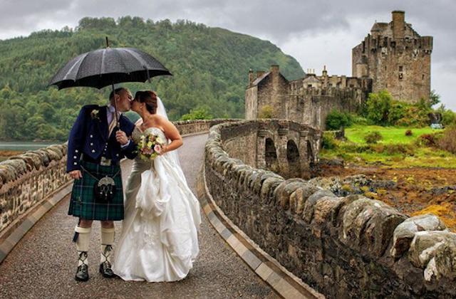 A couple at Eilean Donan Castle. (Courtesy of Tartan Weddings)