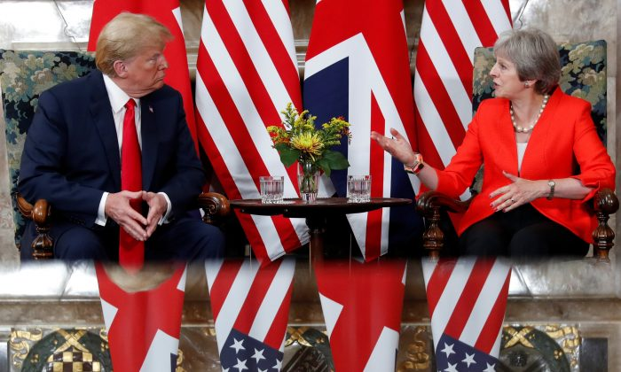 U.S. President Donald Trump and British Prime Minister Theresa May meet at Chequers in Buckinghamshire, Britain July 13, 2018. (Reuters/Kevin Lamarque)