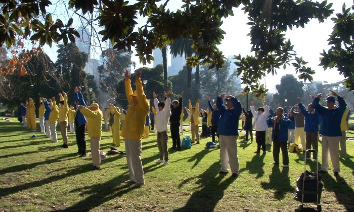 Falun Dafa practitioners doing the exercises of Falun Dafa in Melbourne, Australia on 14 July 2018. (Henry Jom/The Epoch Times)