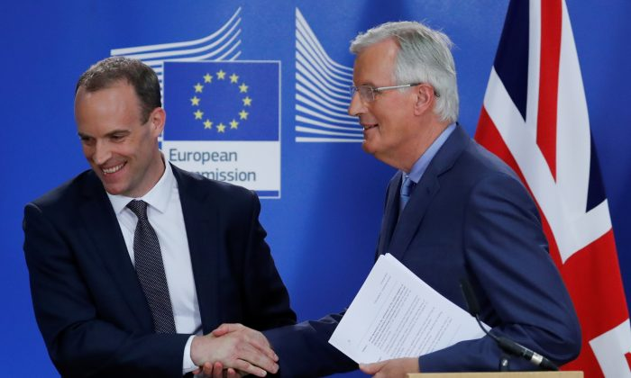 Britain's Secretary of State for Exiting the European Union Dominic Raab and the EU's chief Brexit negotiator Michel Barnier shake hands during a joint news conference in Brussels, Belgium July 26, 2018. (Reuters/Yves Herman)