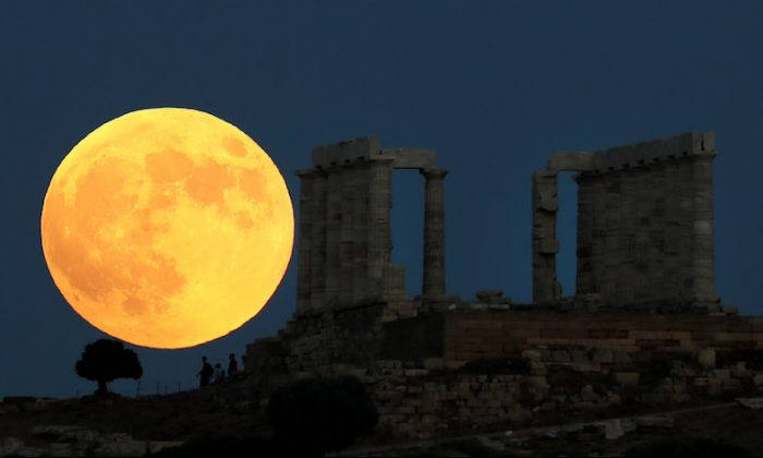 A full moon rises behind the Temple of Poseidon before a lunar eclipse in Cape Sounion, near Athens, Greece, July 27, 2018. (REUTERS/Alkis Konstantinidis)