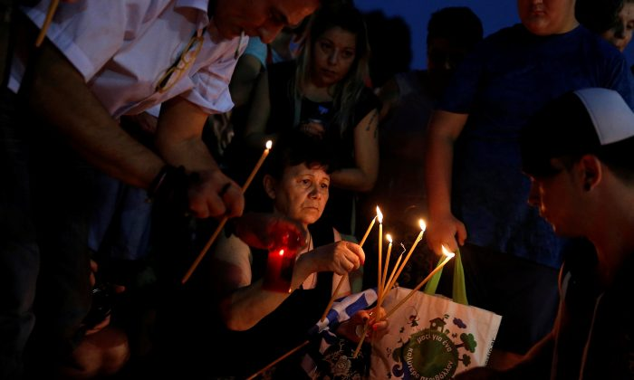 People light candles outside the parliament building to commemorate the victims of a wildfire that left at least 91 dead, in Athens, Greece, July 30, 2018. (Reuters/Costas Baltas)